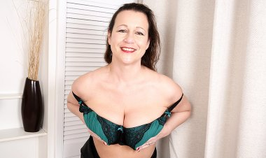Big Breasted British Housewife Playing with Herself - Mature.nl