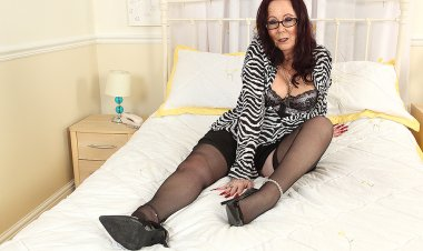Horny British Mature Slut Playing with Her Toy - Mature.nl