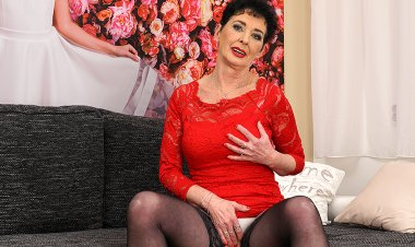 This Naughty Housewife Loves Playing with Herself - Mature.nl