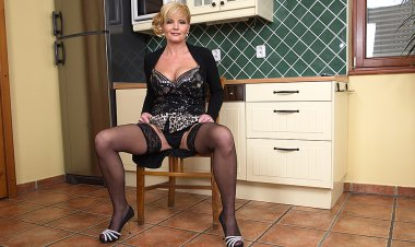 Naughty Housewife Getting Herself Wet and Wild - Mature.nl
