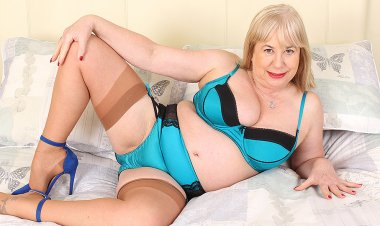 Chubby British Mature Slut Playing with Her Pussy - Mature.nl