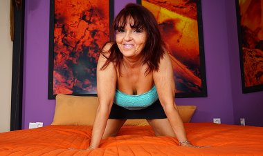 Horny Mature Slut Playing on Her Bed - Mature.nl