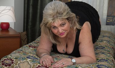 Horny Housewife Playing with Her Wet Beaver - Mature.nl