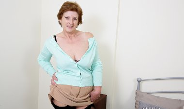 British Housewife Playing with Herself - Mature.nl