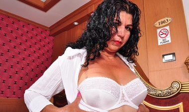 Hot Latin Housewife Playing with Herself - Mature.nl