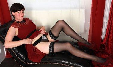 Naughty British Housewife Playing Alone - Mature.nl