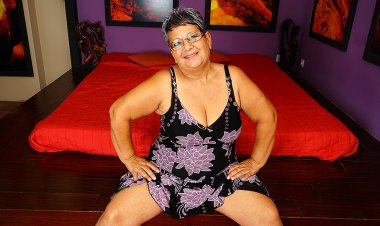 This Chubby Mature Lady Plays with Her Pussy - Mature.nl
