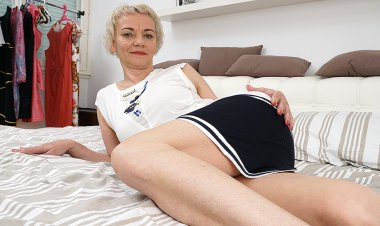 Hairy Housewife Playing with Herself - Mature.nl