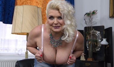 Chubby Mature Slut Showing off Her Firm Tits - Mature.nl