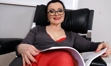 Hairy Housewife Masturbating at Home - Mature.nl