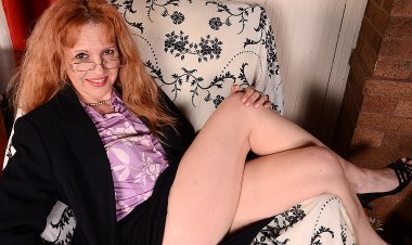This American Cougar Loves to Play with Her Pussy - Mature.nl