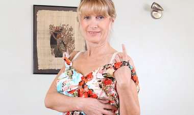 Sexy British Housewife Shows Her Goods - Mature.nl