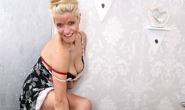 Naughty British Housewife Playing with Her Pussy - Mature.nl