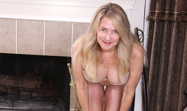 Naught American Housewife Playing with Her Pussy - Mature.nl