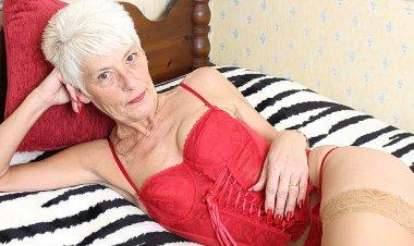 Naughty British Mature Lady Playing Alone - Mature.nl