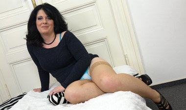 Naughty Housewife Playing with Her Shaved Pussy - Mature.nl
