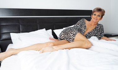Horny Housewife Playing in Bed - Mature.nl
