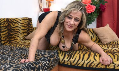 Horny Mature Lady Going Solo - Mature.nl