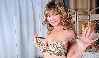 Horny American Housewife Playing with Herself on the Couch - Mature.nl