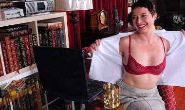 Horny American Housewife Playing with Herself in Front of Her Laptop - Mature.nl