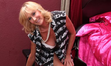Hot and Steamy American Housewife Playing with Her Shaved Pussy - Mature.nl