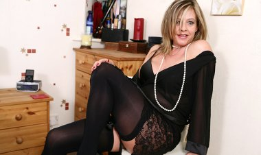Horny British Housewife Playing with Her Wet Pussy - Mature.nl