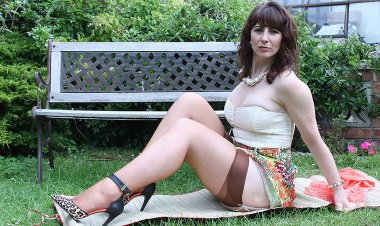 Horny British Housewife Shows Her Hot Body in the Garden - Mature.nl
