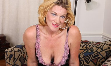 Horny American Housewife Getting Dirty - Mature.nl