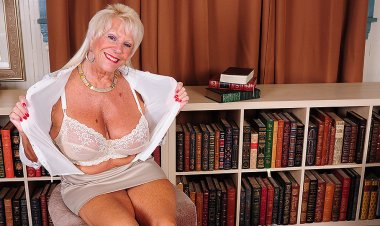 Hot American Grandma Shows Great Rack and Gets Herself Wet - Mature.nl