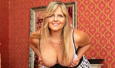 Hot Chubby Housewife Playing with Herself - Mature.nl