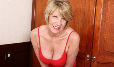 Hot British Housewife Playing with Her Wet Pussy - Mature.nl