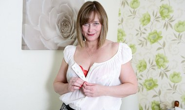 Horny English Housewife Playing with Herself - Mature.nl