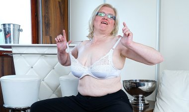 Horny Housewife Playing with Herself - Mature.nl