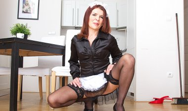 Horny Mature Housewmaid Getting Dirty - Mature.nl