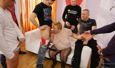 This Kinky Mama Gets the Cum of Seven Men in Her Face - Mature.nl