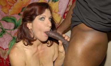 This horny mature slut loves her cocks to be black - Mature.nl