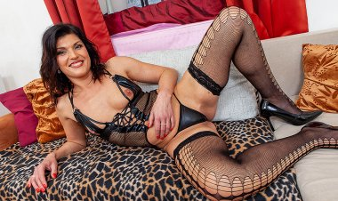This Naughty MILF Loves to Play with Her Shaved Pussy