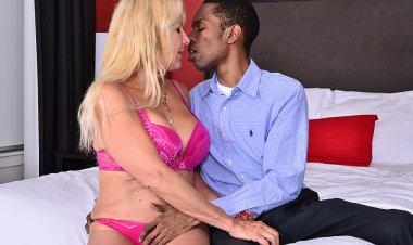 Horny Mature Slut Going Interracial - Mature.nl