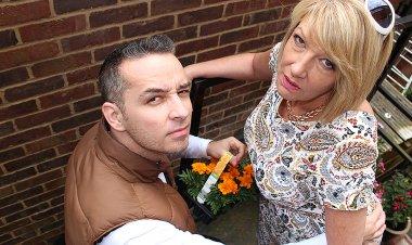 Naughty British Housewife Fucking and Sucking - Mature.nl