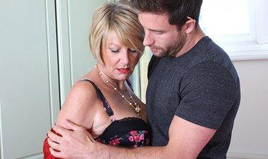 Horny British Housewife Seduces the Handyman - Mature.nl