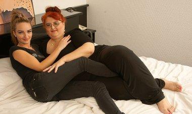 Hot Babe Doing a Big Mature Lesbian - Mature.nl