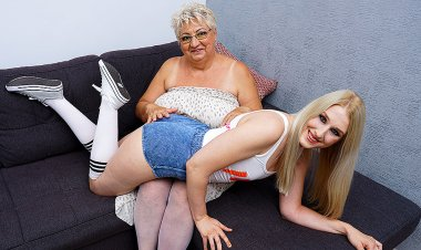 Naughty Mature BBW Lesbian Getting Licked by a Hot Teeny Babe - Mature.nl