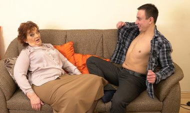 Horny Robbie loves fucking older mature ladies - Mature.nl