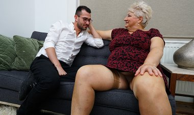 Dirty grandma blows her toyboy and gets fucked - Mature.nl