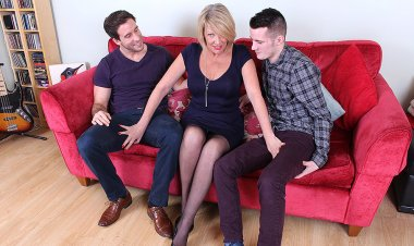 Hot British Housewife Sucking and Fucking Two Guys at the Same Time - Mature.nl