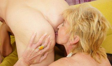 Two Mature Sluts Sharing One Creampie - Mature.nl
