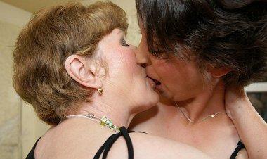 Two Mature Sluts Doing a Horny Pregnant Teen - Mature.nl