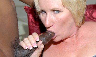 Kinky Mama Getting Two Black Cocks at Once - Mature.nl