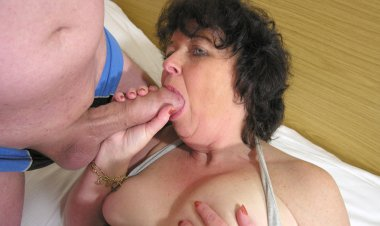 This Horny Mama Loves to Get Fucked by Two Guys - Mature.nl