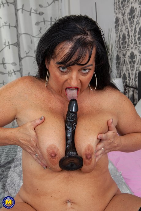 Curvy mature lady playing with her wet shaved pussy